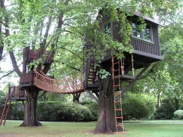 Asma köprüyle bağlanmış iki ağaç ev