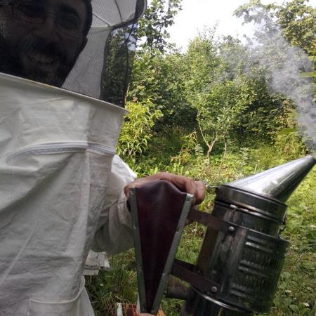 Arıcı kıyafeti sizi astronot gibi havalı yapar; bir de duman için körük oldu mu, korkmayın!