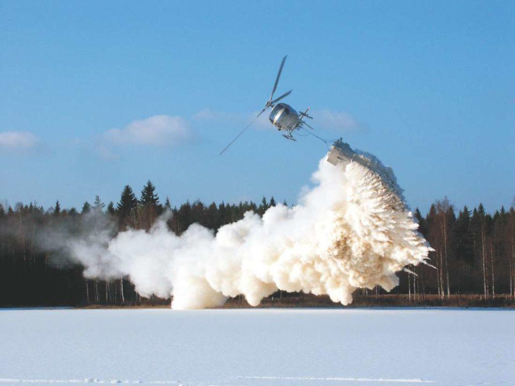 İsveç'te asit yağmurlarından etkilenmiş bir göle helikopter ile kireç taşı dökülerek nötralize olması amaçlanıyor.