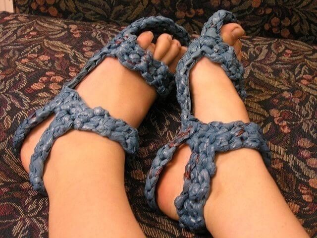 Plastik poşetlerden ayakkabı