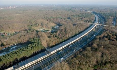 Güneş panellerinden oluşan tünel hızlı trene enerji sağlıyor