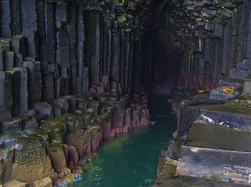 İskoçya'nın Staffa Adası'ndaki Fingal Mağarasında yer alan Bazalt sütunlar