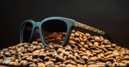 Ochis, telve halindeki kahve atıklarından ve keten bitkisinden yapılmış, doğada tamamen çözünebilen bir gözlük çerçevesi üreterek atık malzemelerin tek kullanımlık olmadığını gösteriyor.