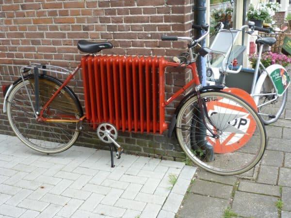Hollanda'nın bisiklet sever insanları eski kalorifer radyatörünü bisikletin ana parçası yapmışlar. Ağır mı ağır ama bir o kadar da kırmızı bir bisiklet ortaya çıkmış.