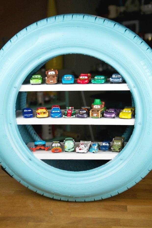Lastikten çocuklar için oyuncak rafı fikri nasıl? Hatta gelin oyuncak arabaları dizip konsepte uygun bir yaklaşım sergileyelim.