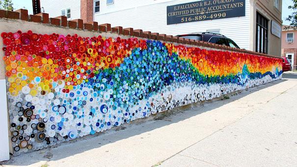 Sandy Kasırgasından dolayı kıyıya vuran plastik şişe kapaklarından harika mozaik tasaarımı