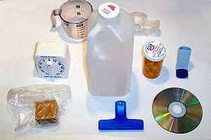 Plastikten yapılmış çeşitli ev eşyaları