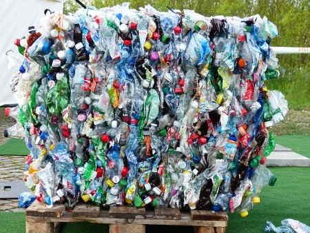 Plastik şişeler, geri dönüşümü yapılması gereken önemli kirleticiler arasında yer alır.