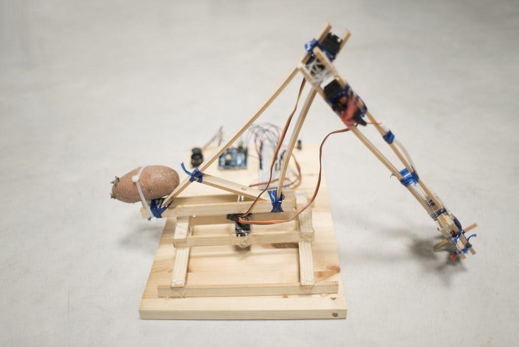 Robotik kol; plastik şişe ve ahşap malzeme ve arduino ile süper bir çalışma
