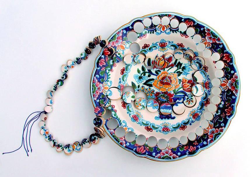 Eski seramik mutfak eşyalarından yapılmış mücevherler