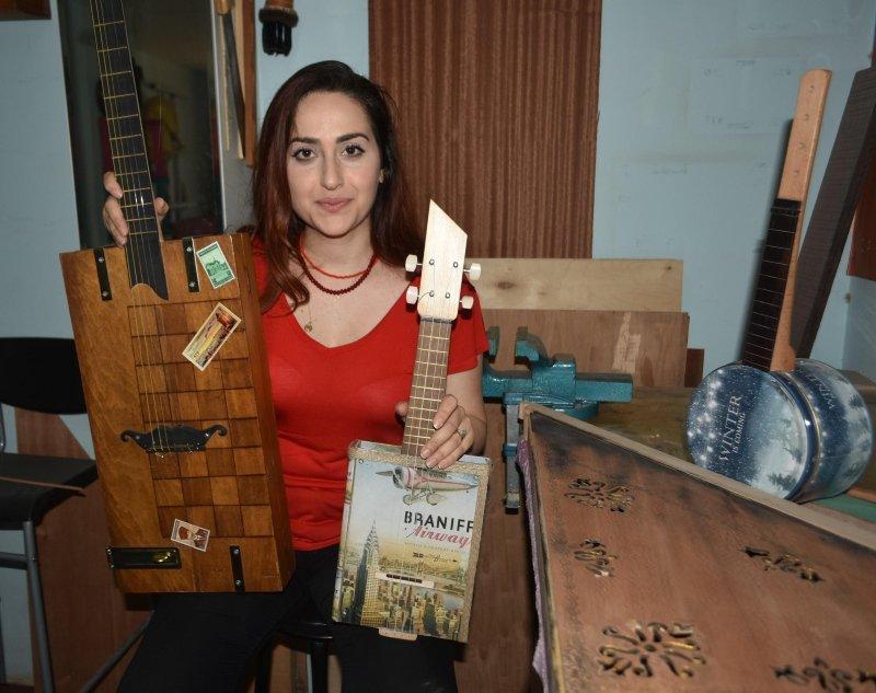 Tavladan gitar, yağ tenekesinden ukulele! Geri dönüşüm yapmanın sınırı yok!